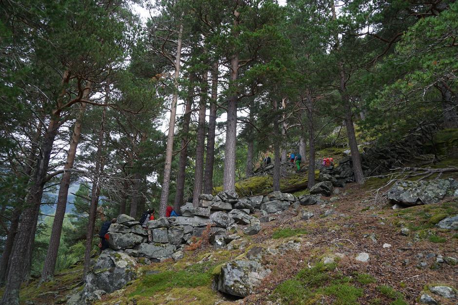 Stien opp fra Lundaneset har mange spor etter tidligere tider