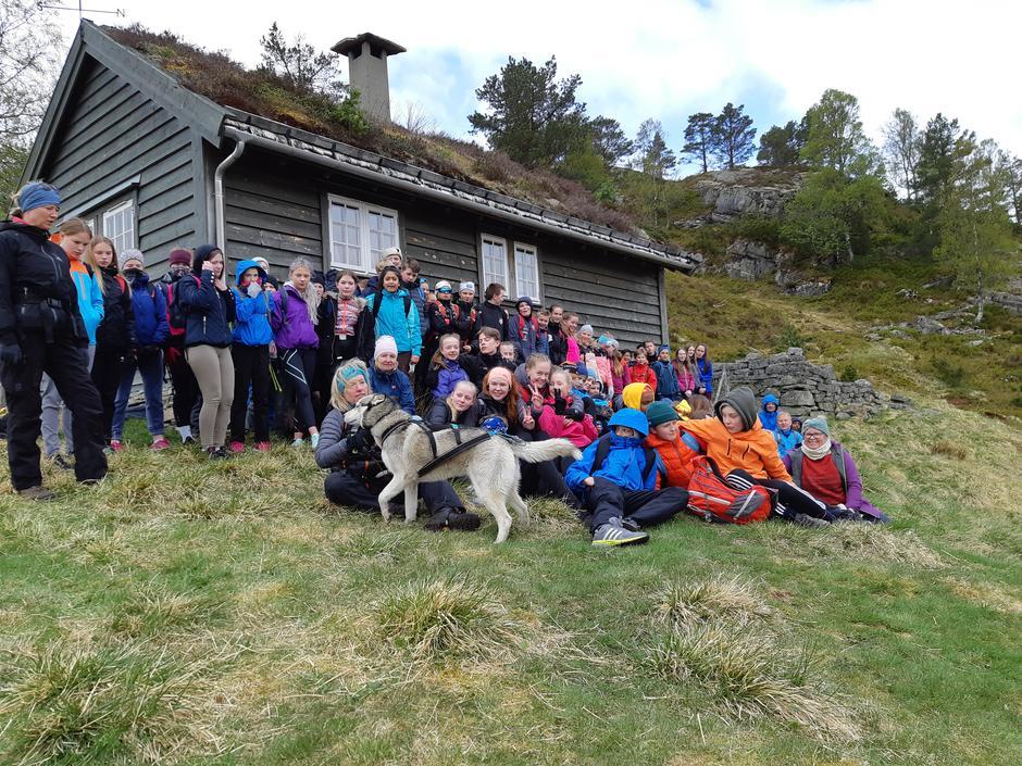 Elevane i Førde tok turen til Hornnesstølen.