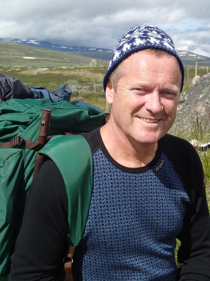 """Jarle Jæger er ein av Turlaget's nye medlemmer og gjekk derfor på sin lengste tur med laget og vart belønne med """"Gerda-hua"""", strikka av leiar i Turlaget Gerda M.Øen"""