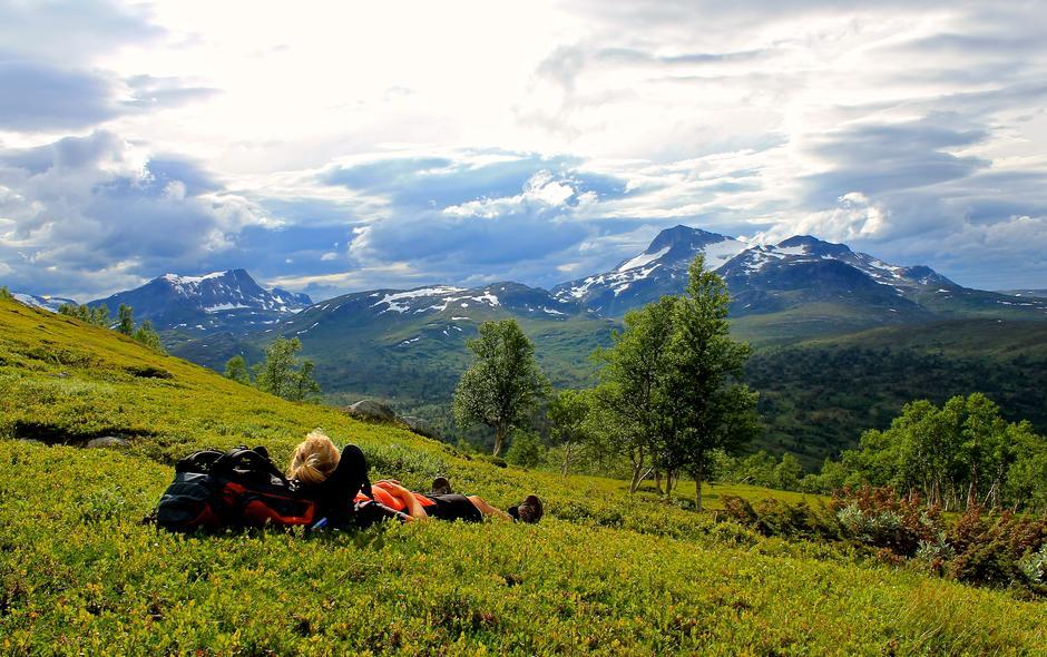 Underveis på Trekanten i Trollheimen tok Inger Eidsvåg seg en pust i bakken. I bakgrunnen ser vi Snota. Mektig og vakker utsikt som bare måtte nytes før vi gikk ned til Trollheimshytta.
