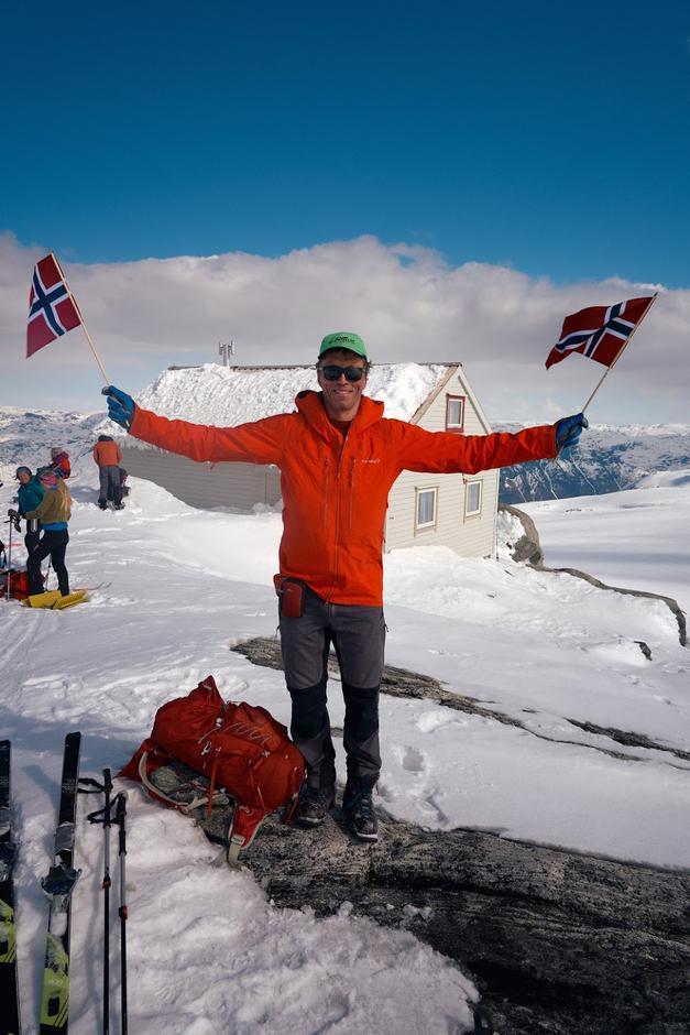 Ein godt nøgd Eivind framfor Holmaskjer, flagg i høve 1.mai!