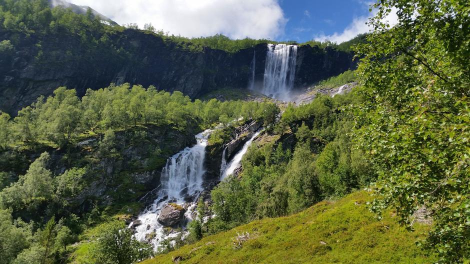 Breidfossa ved Fossesetet på sti fra Tenne til Vatnane i Arnafjord.