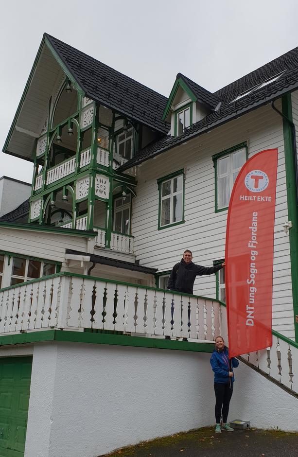 Ny medarbeidar Jette Bergfjord og styremedlem Tor Arne Hauge ved Hjelle Hotell