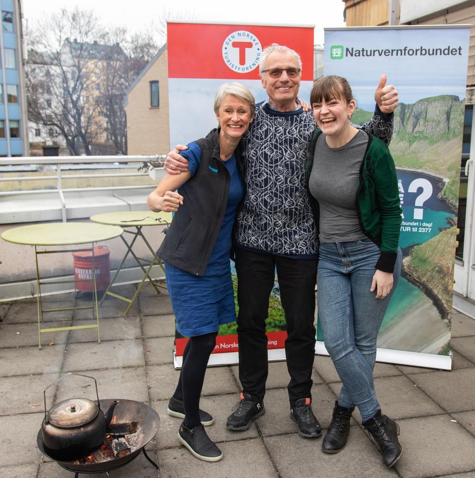 Tipp topp stemning mellom daglig leder i Bergen og Hordaland turlag, Helene Ødven, Oddvar Soldal fra Naturvernforbundet i Kvam og Silje Ask Lundberg, leder i Naturvernsforbundet.