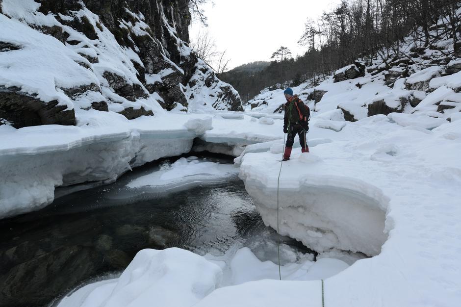 Tjukke iskantar med open råk i elva.