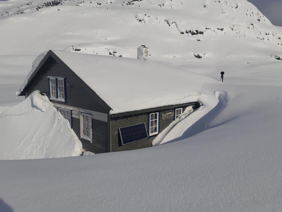Som vi ser er inngangsdøra på Longevasshytta heilt dekt av snø.