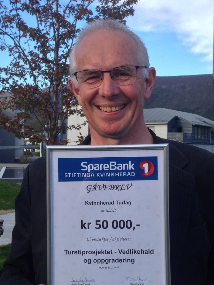 Styreleiar Kjell Yri med beviset på gåva Kvinnherad Turlag og resten av Turstiprosjektet mottok i dag.
