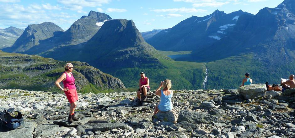 Praktfull utsikt fra Bjøråskaret mot Innerdalen og Innerdalsfjellene