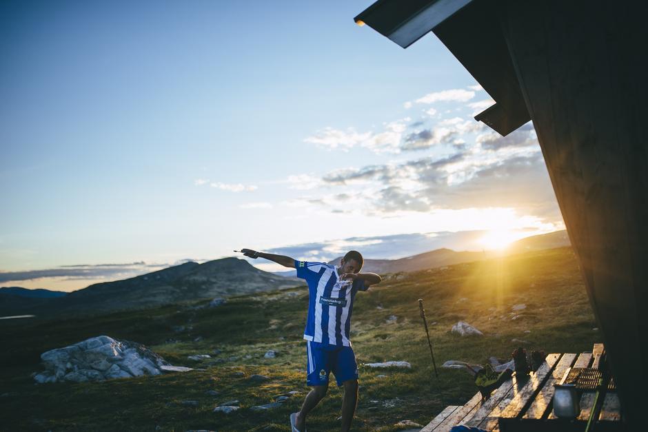 DABBER: I solnedgangen over Ringebufjellet tar Dawit sats og dabber etter tannpussen.
