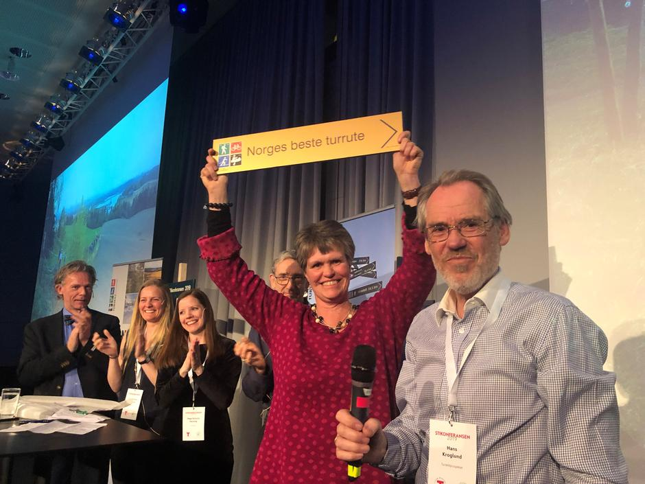 En jublende daglig leder i Hamar og Hedemarken Turistforening Margrethe Ruud Skjeseth. Prosjektleder Hans Kroglund fra Ilseng IL til høyre.