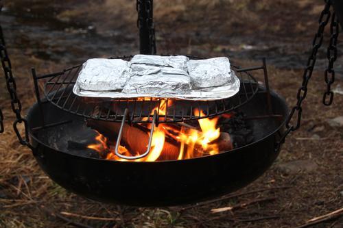 Maten smakar ektra godt når den er tilberedt på bålet.