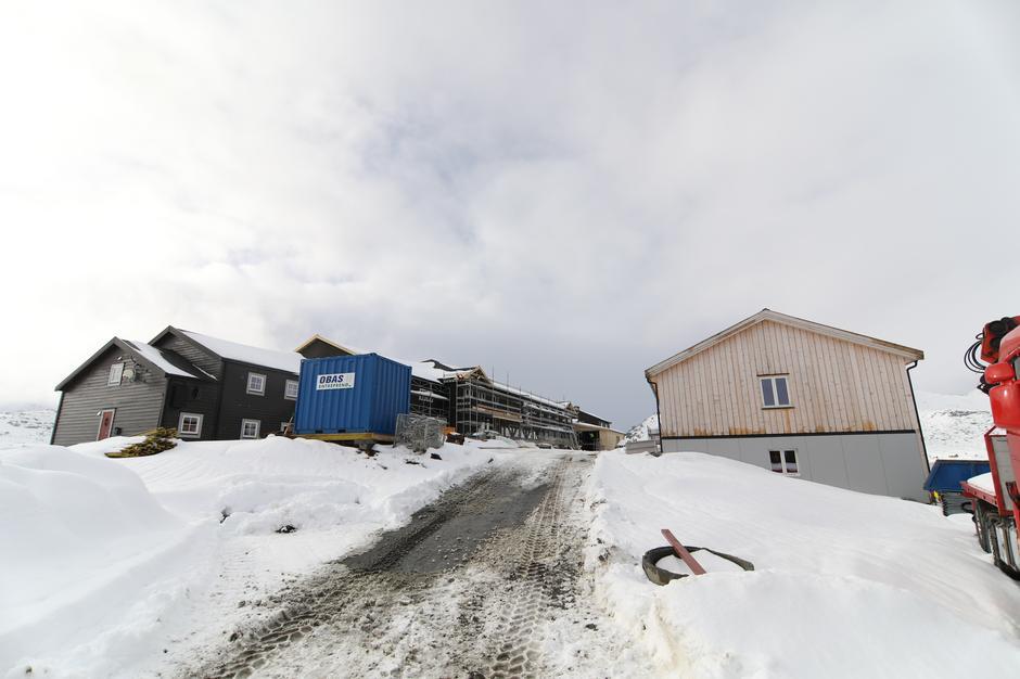 Nye Finsehytta til venstre og den selvbetjente hytte Brebua til høyre