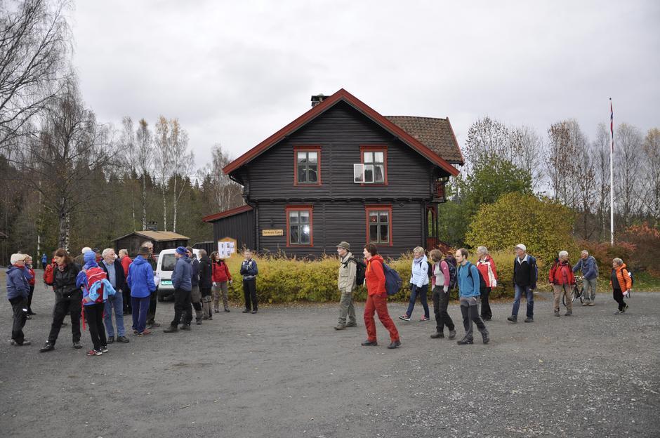 De frivillige ankommer Sæteren Gård.