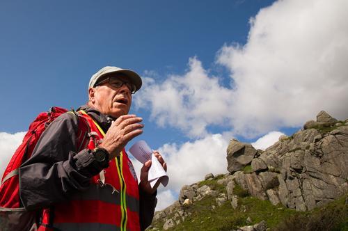 Turleder Helge Johanson orienterer.