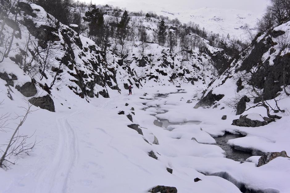 Lite snø 21. mars i Gaukstøljuvet, mellom Bleskestadmoen og Mostøl (Jonstølen). Antas at skiføret forsvinner til påske.