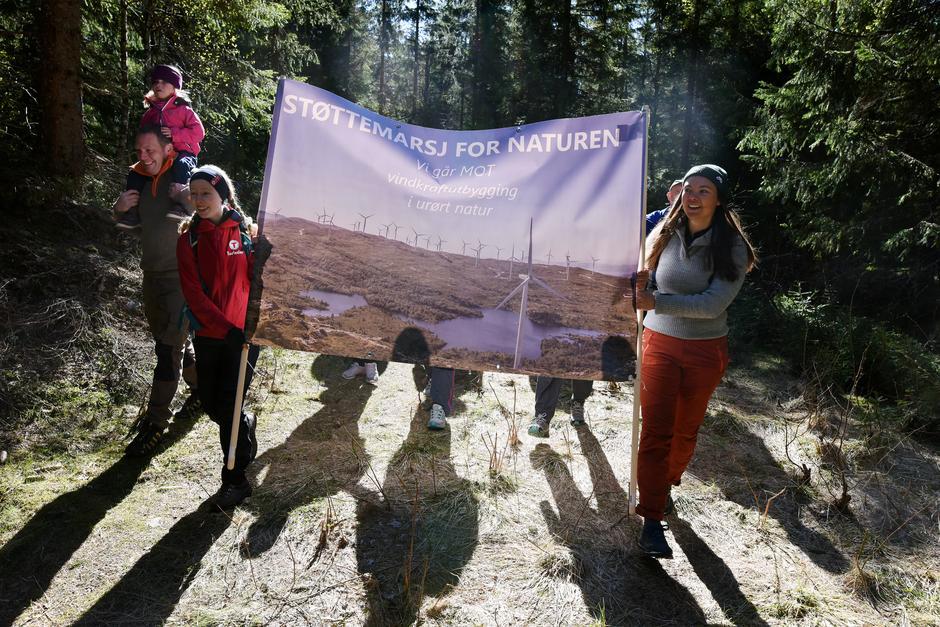 Et stort antall deltakere på støttemarsjene for naturen viste tydelig engasjement for å bevare naturen.