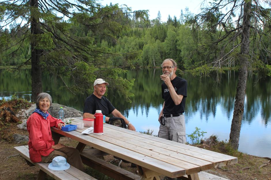 På Flabben kan du ta en rast ved bord og benker som Askveien vel har satt opp