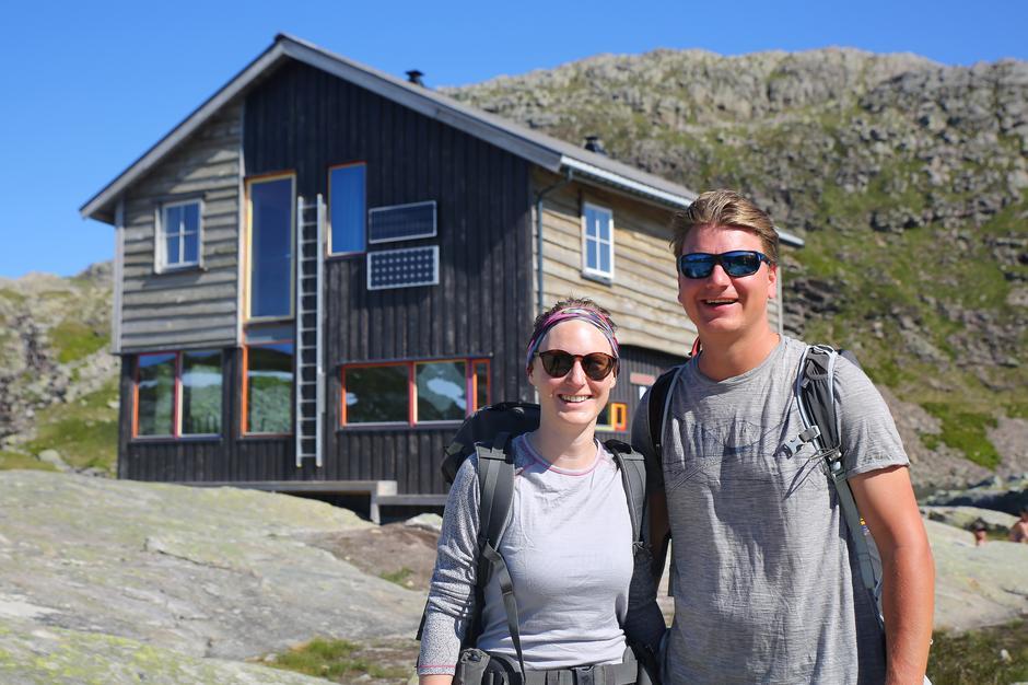 Tyske Katherine Walter og Felix Heldofer nøt nydelige sommerdager på Gullhorgabu.
