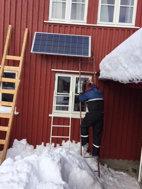 Etter litt innsats var solcellepanelet på plass på veggen igjen.