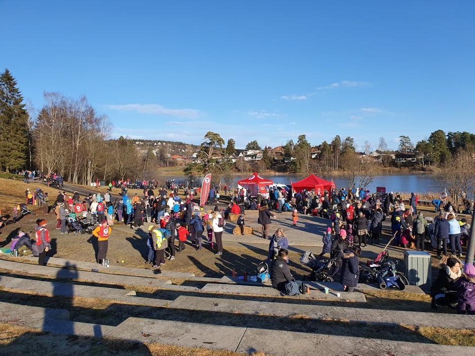 Mye folk i Rådhusparken da Lørenskog Turlag arrangerte Kom Deg Ut-dagen.