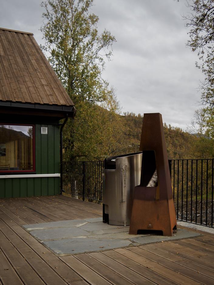 Stor tilgjengeleg terrasse med grill