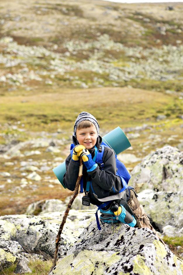 KLAR FOR TUR: Å spikke sin egen vandrestav var ett av høydepunktene for Andreas da han gikk i Alvdal Vestfjell i sommer