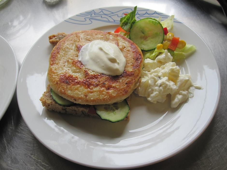 På dagen serveres Svukuvafler og enkle lunsjretter, her en sikburger fra Femund.