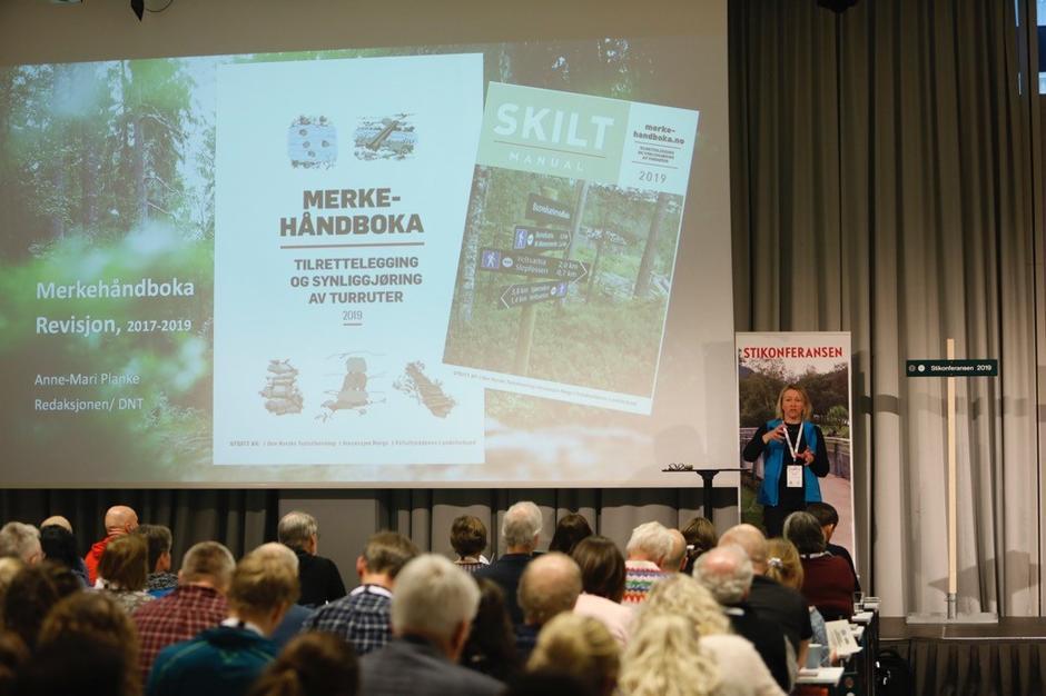 Fagsjef for friluftsliv i DNT, Anne Mari Planke, presenterte den rykende ferske utgaven av Merkehandboka tirsdag.