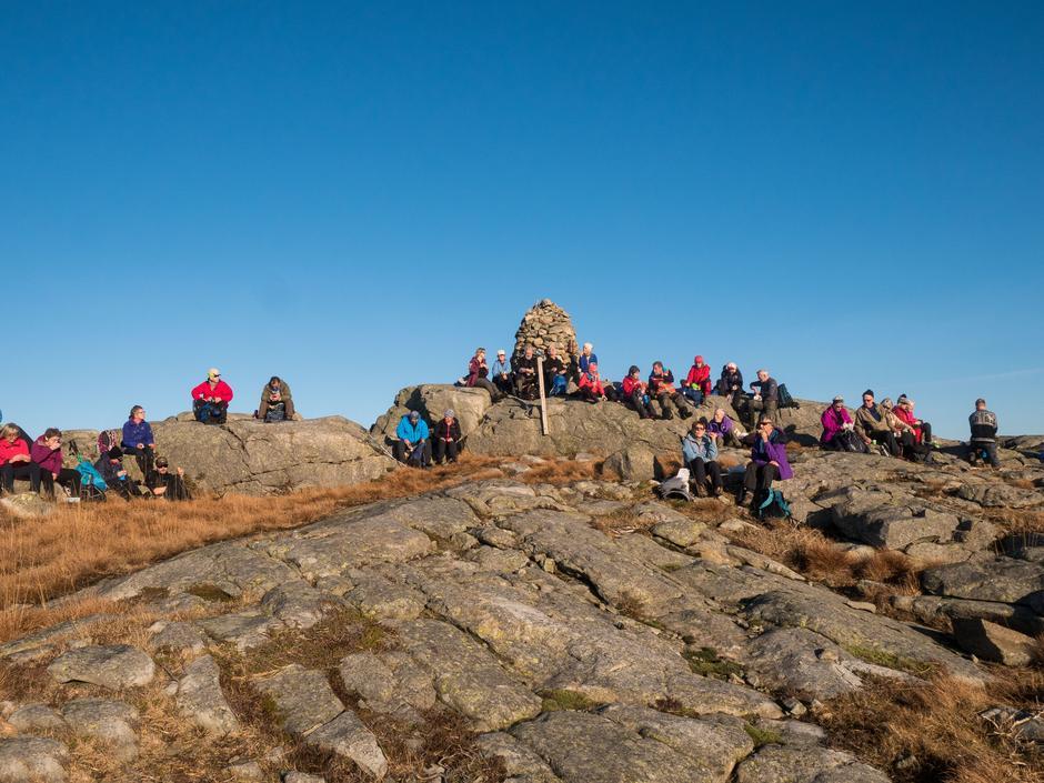 I strålende vær og vindstille vaglet alle seg på toppen av Bursfjellet for å nyte medbrakt og utsikten.
