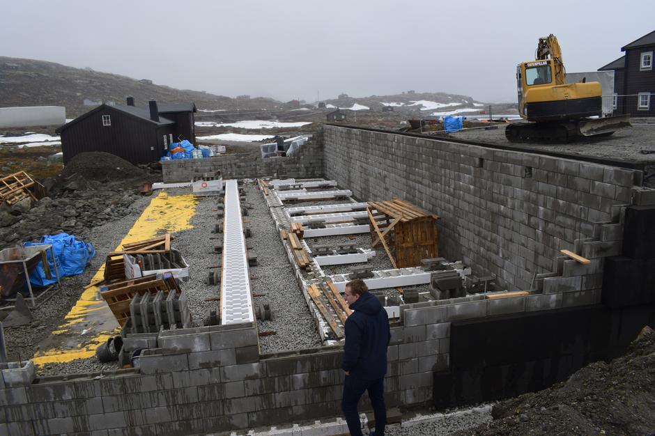 Anleggsleder i OBAS, Benny Seth, ser ut over anleggsgropa i midten av juni 2019.