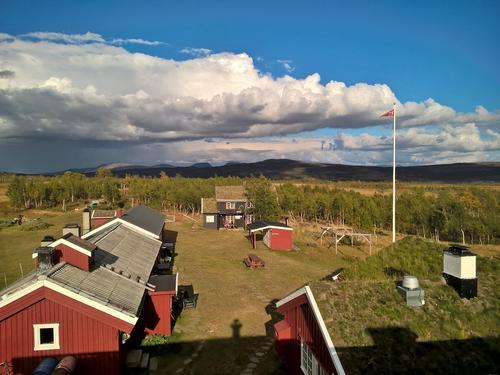 Uthuset og sjølhusholdet på Storerikvollen sett fra taket på sovefløya september 2018.