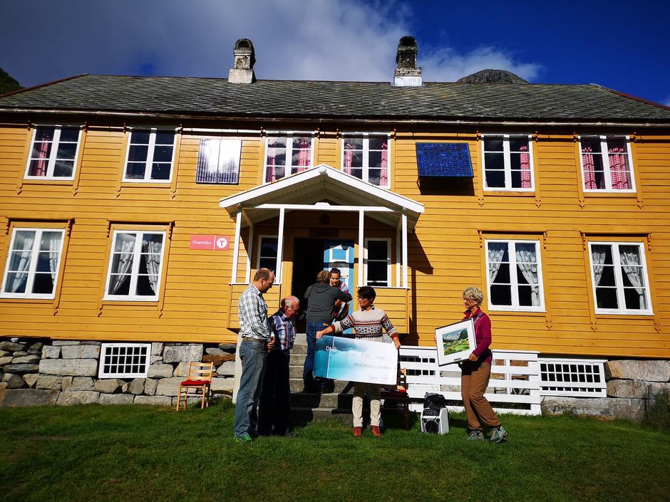 Stein Kåre Austigard og Kristian Austigard får tildelt kulturlandskapsprisen 2020 for sitt arbeid på Hoem gård i Eikesdal av Rigmor Brøste, fylkesmann og Tove Lise Torve, fylkesordfører.