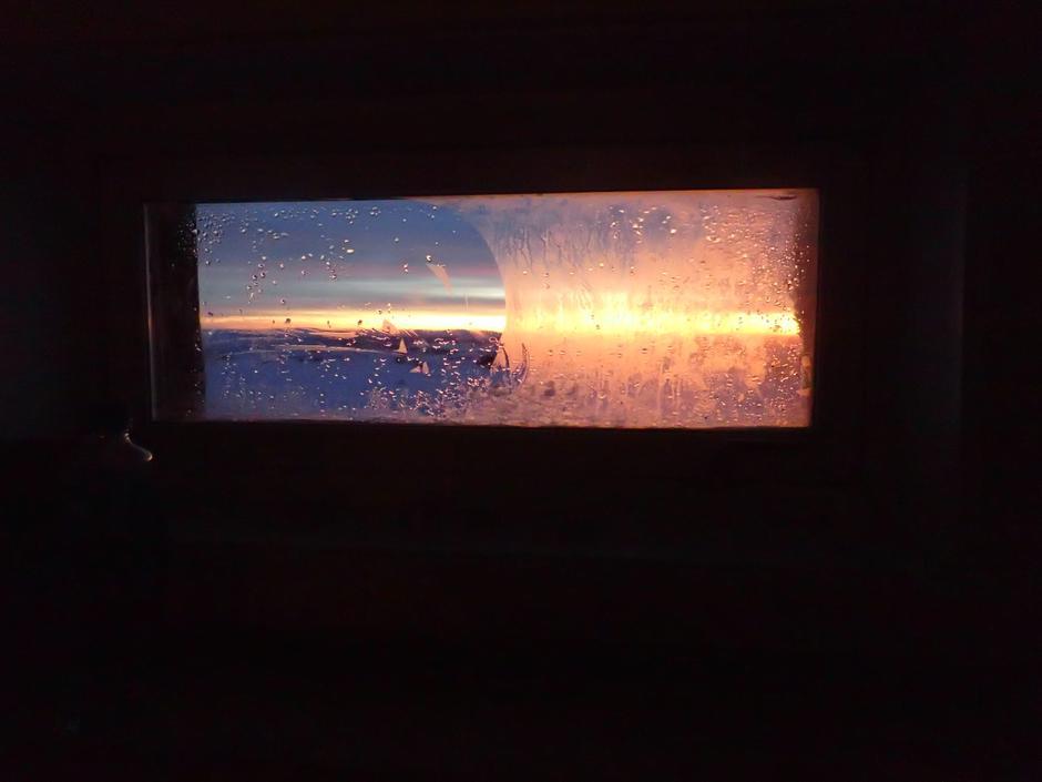 Gjennom vinduet på Nevelfjellhytta.