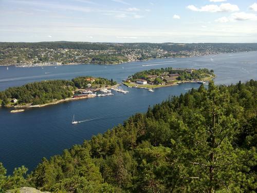 Utsikt mot Oscarsborg fra Varden på Håøya