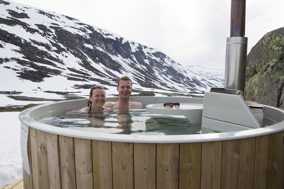 Hilde og Tor Øyvind koser seg i badestampen etter å ha blitt servert nydelig rømmegrøt.