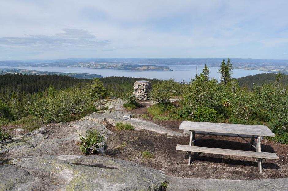 VIDT: Etter milevis med skogsterreng får du utsyn over Mjøsa fra Hervenknappen.