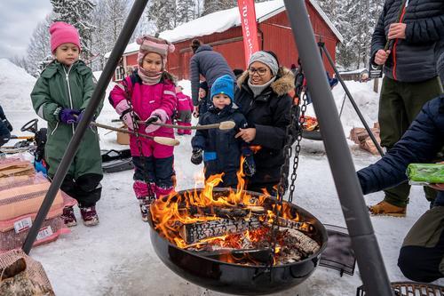 Ta med barna og grillmat til Losby på søndag