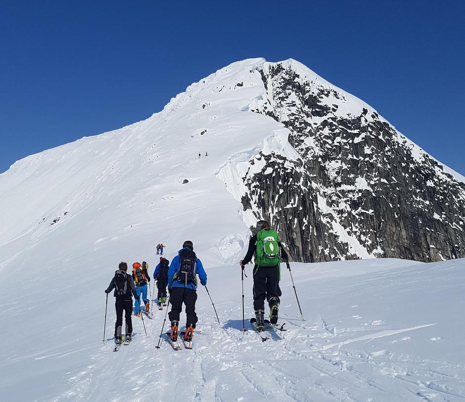 Siste skispor før flott klyvetur til toppen.