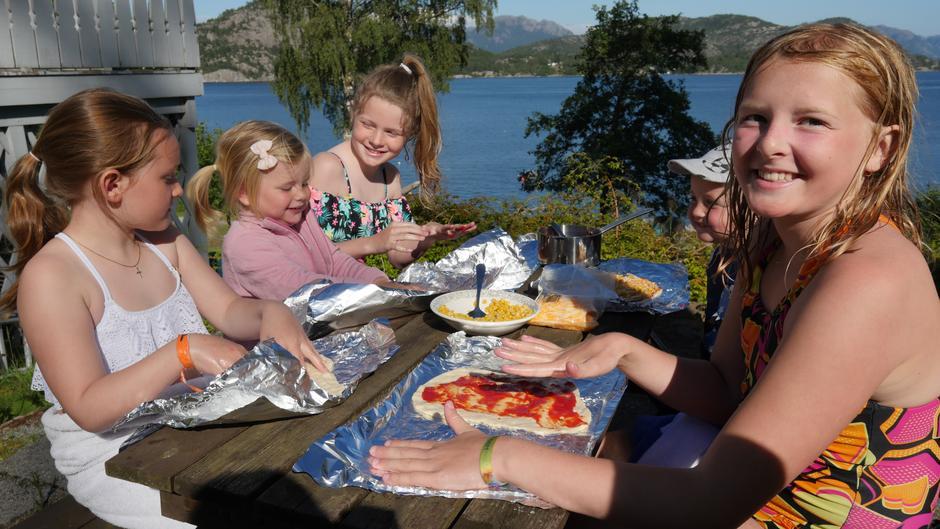 Pizzabaking ute med selvvalgt topping skaper super stemning rundt bordet!