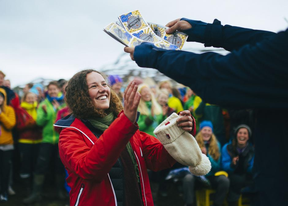 En meget fornøyd Margrete Hestenes mottar en haug av Flax-lodd fra DNT ung-leder Stig Øystein Schmidt.