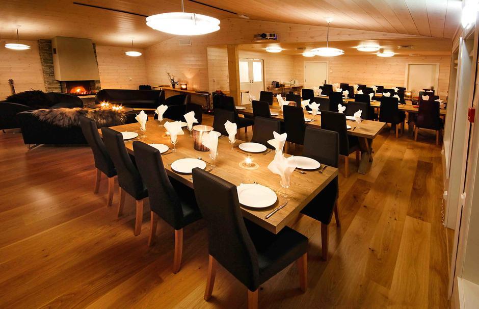 Vi har god plass til bespisning, i hyggelige og moderne lokaler.