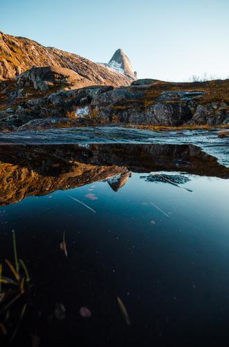 Børtinden speiler seg i et lite vann i Åselidalen.