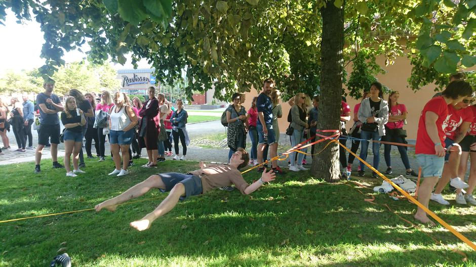 Bare en gruppe studenter klarte å få maks poeng ved å ligge på slakklinen.