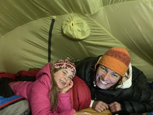 Inne i teltet er det lunt og godt