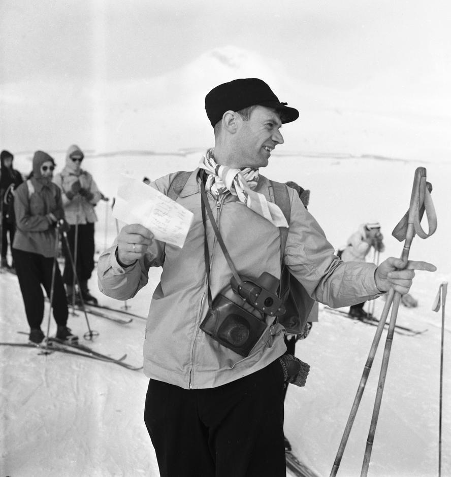 TRYGG PÅ TUR: Claus Helberg ledet mange turer i vinterfjellet, her ved Finse i 1956.