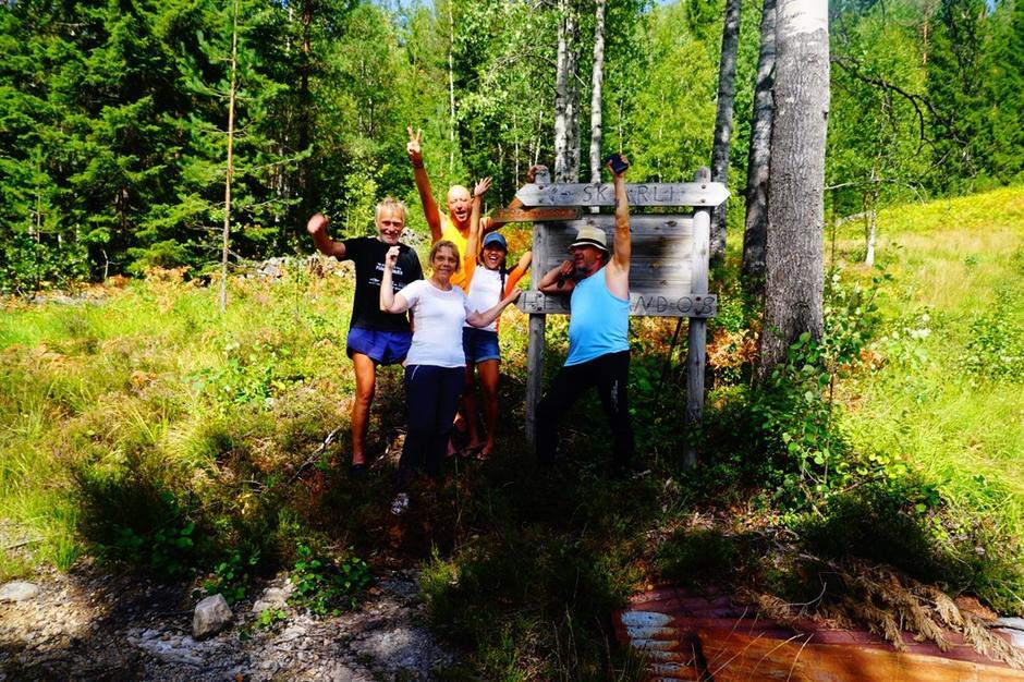 5 tilfredse deltakere har nådd turens endepunkt. Fra venstre: Turleder Kjell Sandåker, Kristin Dale, Cato Larsen, Trixie Palomar og Christer Aaser.