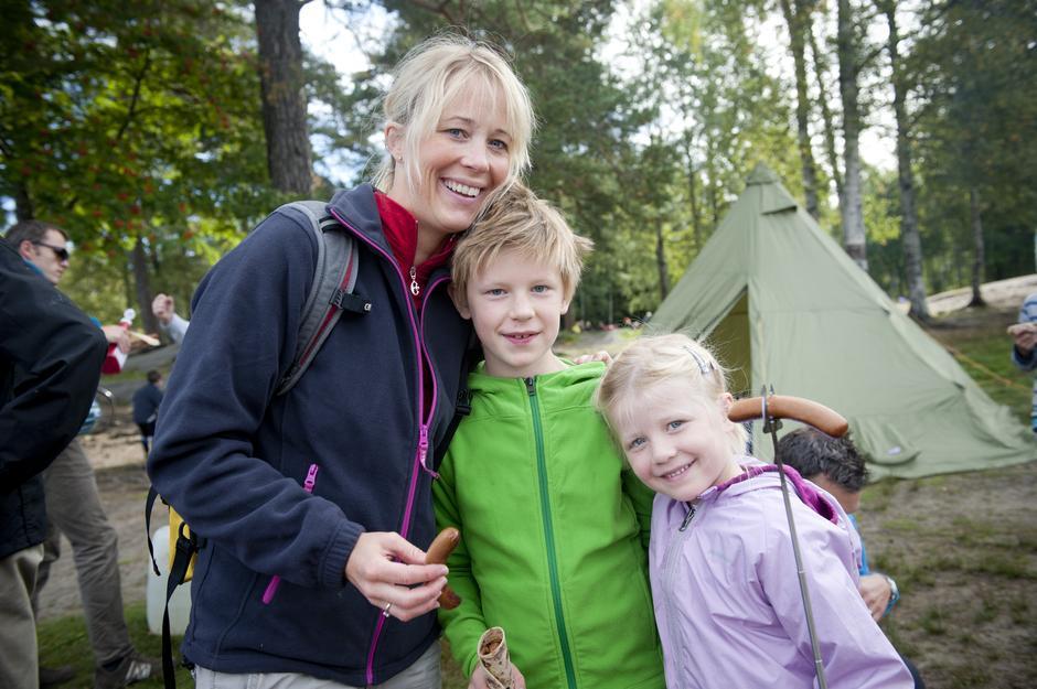 Anette Bølstad, Oliver Daman (8) og Nora Daman (5) koste seg med pølsegrilling.