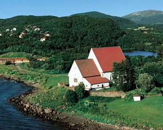 Trondenes kirke med Altevågen i bakgrunnen