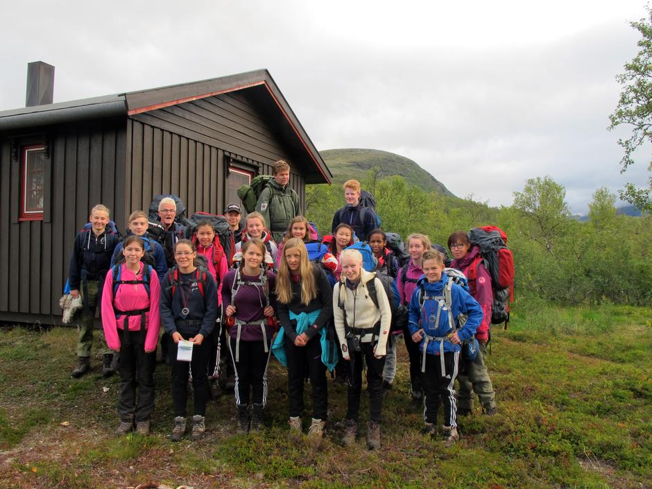 En glad gjeng fra Vikstranda skole fra Senja på besøk på Gaskas-hytta.