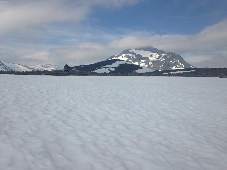 Jotunheimen med Sjogholstind (Snøholtind) 2141 moh i bakgrunn. På vei fra Gjendebu mot  Olavsbu. Rikelig med snø i fjellet